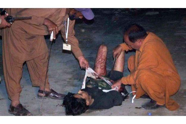 Des policiers en train de désamorcer ses explosifs.
