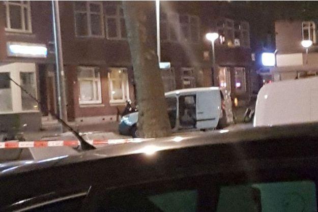 La police inspecte une camionnette immatriculée en Espagne.