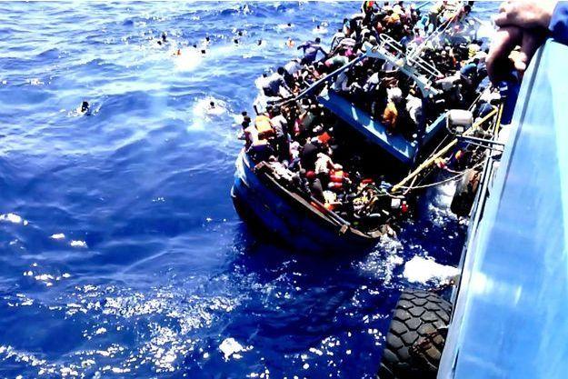 Le sauvetage du 13 août. 617 personnes (dont trois morts) étaient entassées sur ce chalutier en totale détresse.