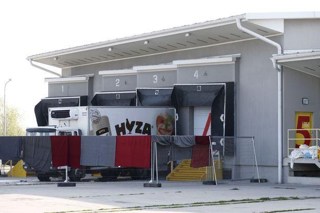 Le camion est en cours d'examen par les policiers à Nickelsdorf, en Autriche.