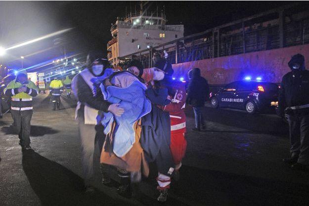 Plus de 900 migrants ont été sauvé d'un cargo à la dérive au large de l'île grecque de Corfou.