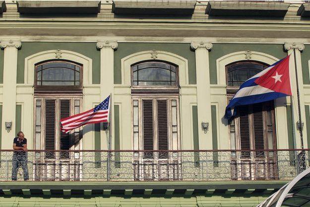 Les drapeaux américains et cubains ont été dressés devant l'hôtel où ont lieu les discussions, à La Havane.