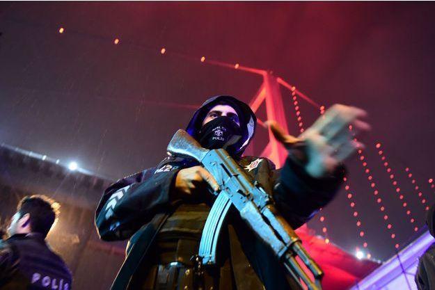Un officier turc devant la boîte de nuit d'Istanbul.
