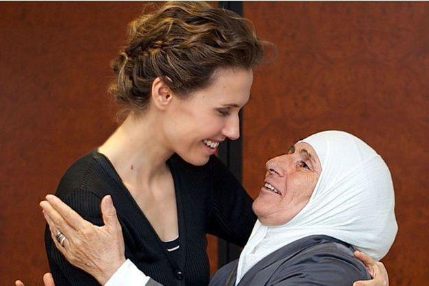 Sur le compte Instagram de la présidence syrienne, Asma El-Assad publie les photos de ses visites aux familles des martyrs.
