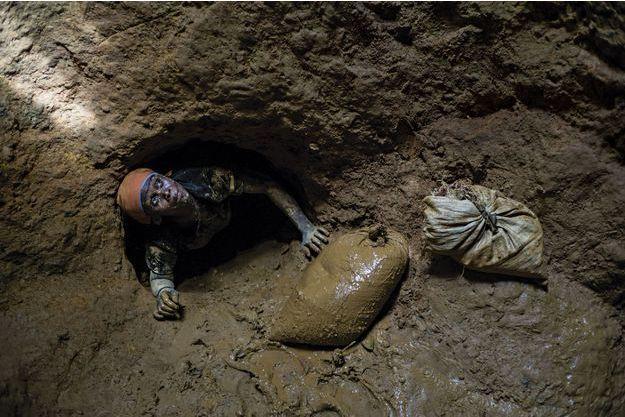 A Lakwew, dans le nord du pays, l'orpailleuse Pierre-Silia Bastien extrait des sacs de glaise. Elle espère trouver de l'or.