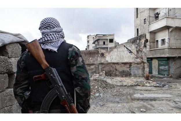 Un soldat de l'armée syrienne libre à Alep, mardi.