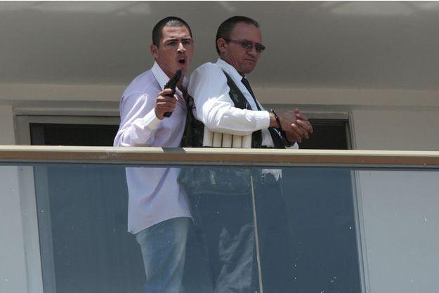 Le preneur d'otage et sa victime au balcon de l'hôtel de Brasilia.