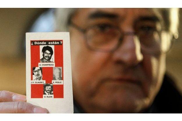 Bernard Chanfreau, montrant une photo de son frère d'Alphonse Chanfreau, et des trois autres disparus, Georges Klein, Etienne Pesle et Jean-Yves Claudet-Fernandez