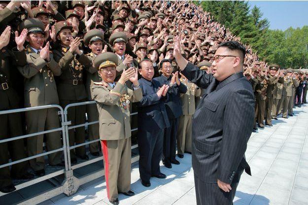 Kim Jong-Un félicite le personnel ayant fabriqué le missile Hwasong-12, sur cette photo diffusée par le régime samedi 20 mai.