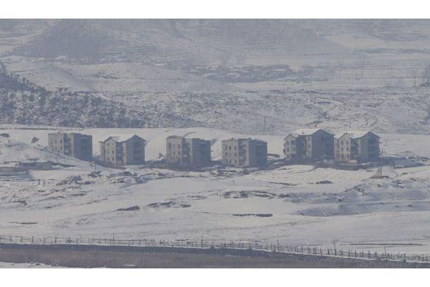 Le village nord-coréen de Gijungdong, photographié depuis la frontière avec la Corée du Sud.