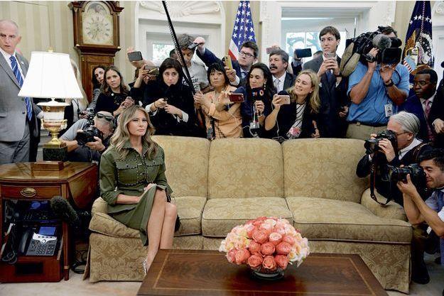 Le 27 avril 2017, dans le bureau Ovale lors d'une rencontre avec le président argentin, Mauricio Macri. Melania Trump tient parfaitement la pose, mais semble bien lointaine devant la nuée des photographes.