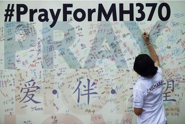 Les recherches se poursuivent pour retrouver le vol MH370.