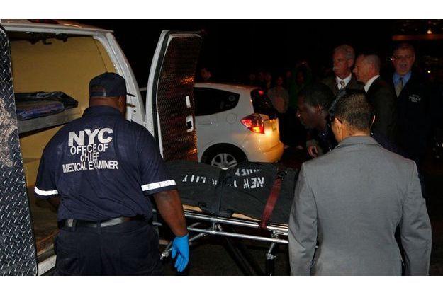 Les ambulanciers emportent le corps de Richard Decoings devant l'hôtel Michelangelo