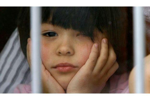 Une petite fille regarde par la fenêtre d'un orphelinat de Rostov-on-Don, dans le sud de la Russie. La question de l'adoption est au coeur de la discorde russo-américaine, parallèlement à l'affaire Magnitski.