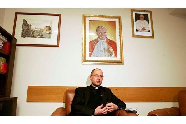 Le vicaire judiciaire du tribunal du Saint-Siège à son bureau à Rome. Postulateur de la cause en béatification de Jean-Paul II, Mgr Slawomir Oder, auteur du livre controversé au Vatican, « Pourquoi il est saint » – ici sous le portrait de Jean-Paul II, a été rappelé en Pologne, son pays d'origine.