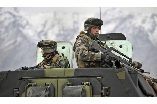 Une patrouille de jeunes soldats français dans la vallée de Kapisa en Afghanistan.
