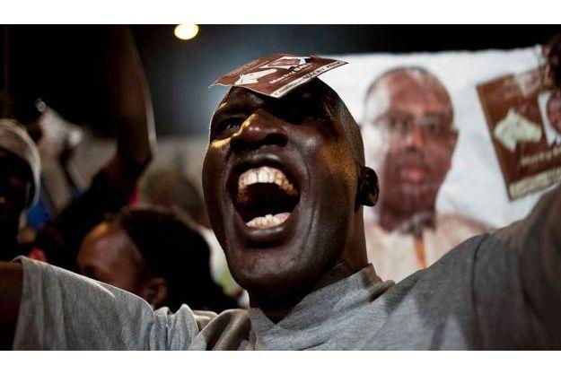 Un partisan de Macky Sall crie sa joie.