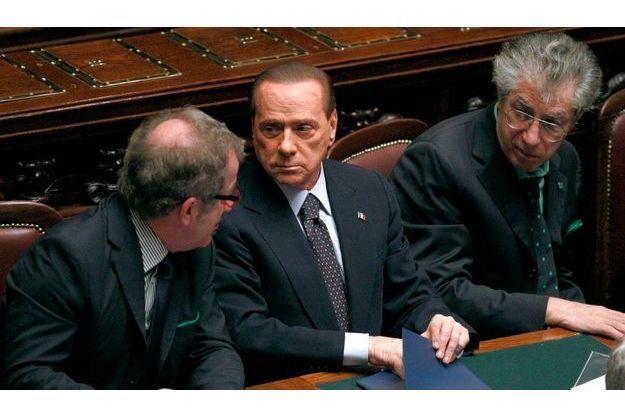 Le ministre de la Justice, Roberto Maroni, et le leader de la Ligue du Nord, Umberto Bossi, entourent Silvio Berlusconi.