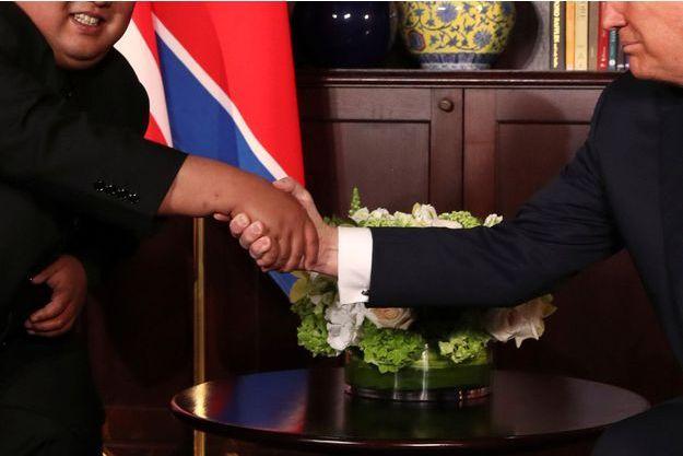 Kim Jong-Un et Donald Trump échangent une nouvelle poignée de main.