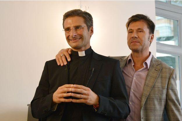 Le père Krysztof Olaf Charamsa au côté de son compagnon.