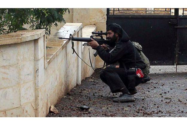Les deux camps ont accepté le cessez-le-feu, mais se tiennent prêts à répliquer en cas d'agression. Ici un membre de l'Armée syrienne libre photographié jeudi à Harem, à la frontière avec la Turquie.