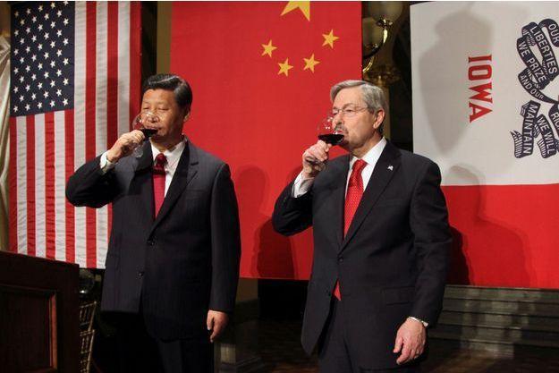 Terry Branstad et Xi Jinping (alors vice-président) à Des Moines, dans l'Iowa, en février 2012.