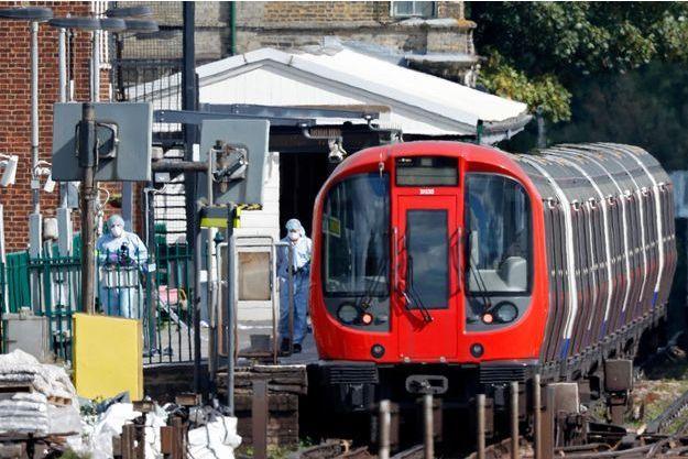 La police scientifique cherche les preuves de l'attentat commis à Londres.