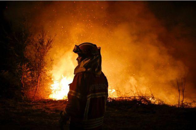 Un pompier combat les flammes au Portugal.