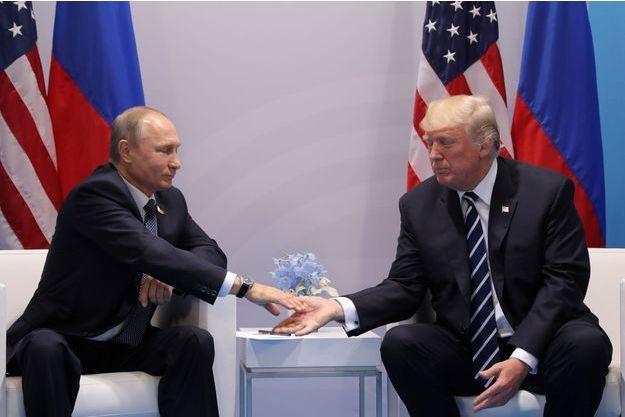 Vladimir Poutine et Donald Trump se serrent la main lors du sommet du G20 à Hambourg.