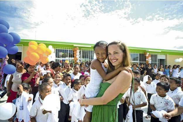 Petra Nemcova, avec les enfants scolarisés grâce à sa fondation.