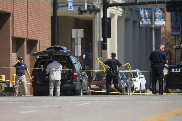 La police et le FBI relèvent des indices sur le lieu de la fusillade à Dallas où les cinq policiers ont été abattus.