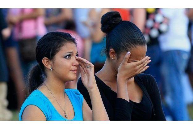 Des jeunes femmes prient lors d'une veillée.