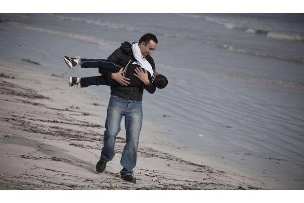 23décembre 2011. Slah avec son fils Ali, sur la  plage de Zarzis. C'est de là qu'il avait embarqué pour  Lampedusa, le 17mars.