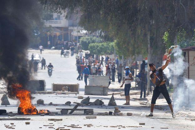 Affrontements dans la banlieue d'Ettadamen