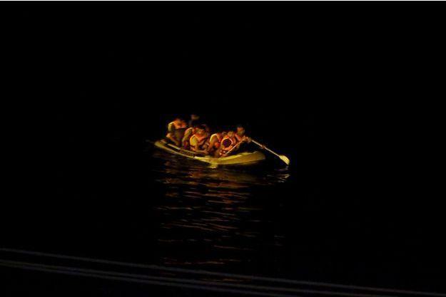 Des migrants s'entassent sur un canot pneumatique pour rejoindre l'île de Kos, en Grèce, depuis Bodrum, en Turquie, le 13 août dernier.