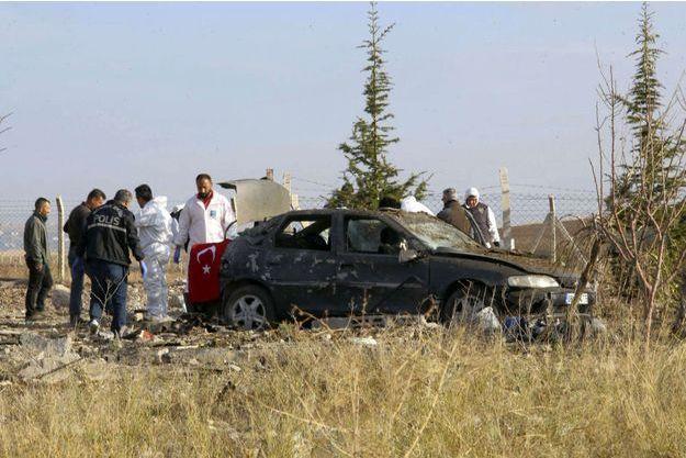 L'homme et la femme ont fait exploser les bombes qu'ils avaient avec eux lors d'une opération de police.
