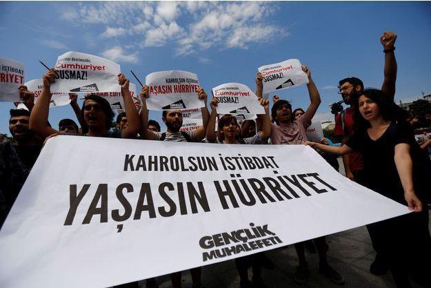 """Manifestation en soutien au quotidien d'opposition """"Cumhuriyet"""" à Istanbul, en juillet 2017."""