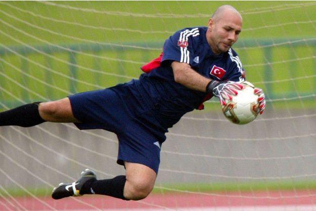 Omer Catkic avec le maillot de la Turquie, le 15 juin 2002, face au Japon, lors d'un match à Miyagi, au Japon.