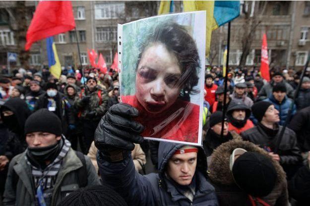Les manifestants de la place Maidan brandissent la photo de Tetyana.