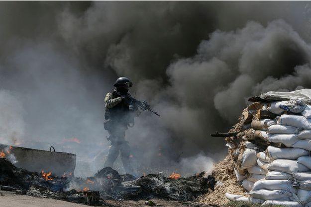 Jeudi 24 avril 2014, les soldats ukrainiens à l'assaut d'un barrage à l'entrée de Slaviansk.
