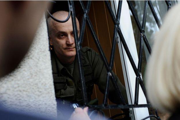 Andreï Denisenko, l'un des chefs du groupe nationaliste Pravy Sektor, retranché dans la mairie de Krasnoarmeïsk, parlemente avec les civils qui veulent y entrer pour voter.