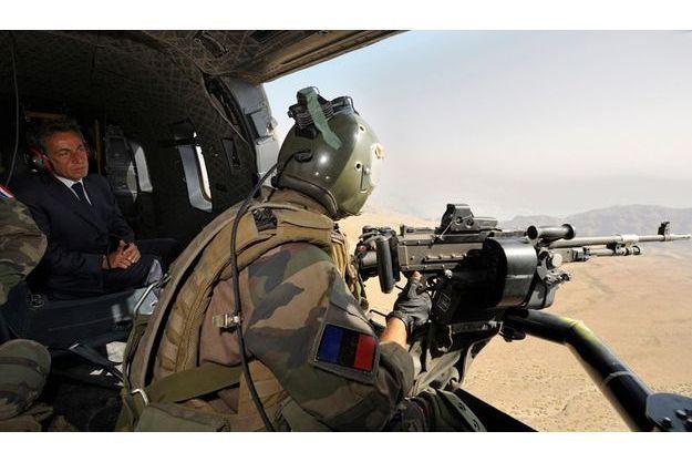 Le 12 juillet, en Afghanistan, Nicolas Sarkzoy se rend de Kaboul à Tora dans un hélicoptère du 152e régiment d'infanterie de Colmar. Celui auquel appartenait le soldat français tué ce dimanche.