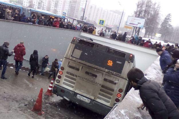 Le bus a foncé dans le passage souterrain.