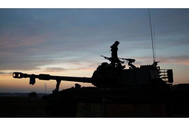 Un blindé israélien à la frontière de Gaza