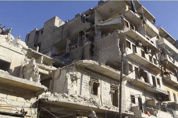 Un immeuble en ruine dans la ville d'Alep.