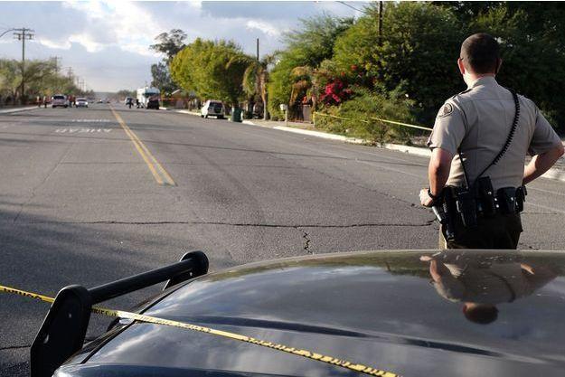 Un policier monte la garde non loin de la mosquée où l'incendie s'est déclaré.