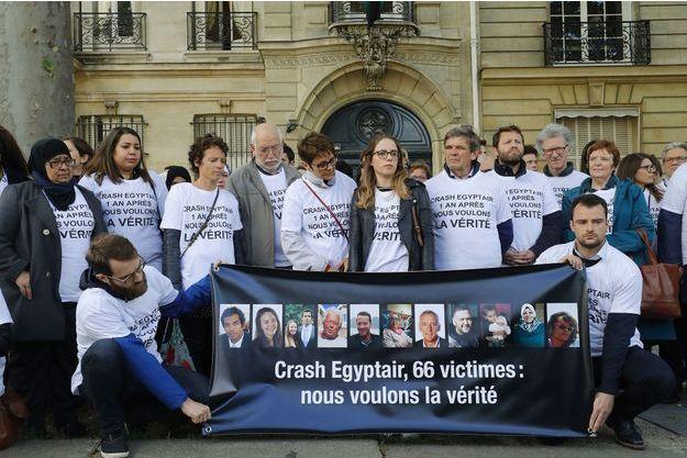 Proches des victimes du crash d'EgyptAir réunis devant l'ambassade d'Egypte à Paris, le 19 mai 2017.