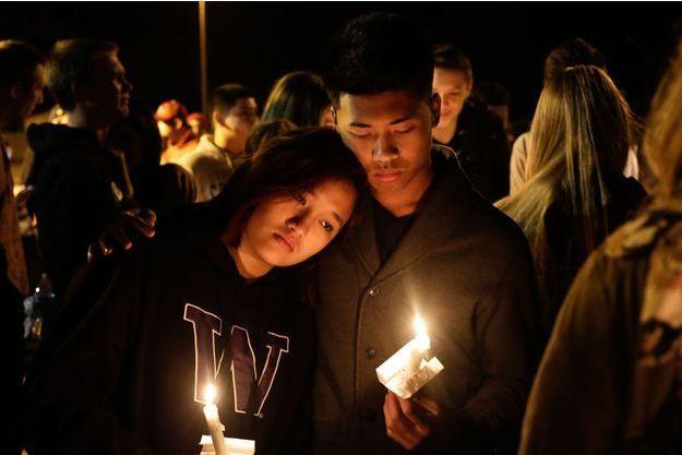 Des élèves assistent à une veillée après qu'un de leurs camarade a ouvert le feu au lycée de Marysville-Pilchuck.