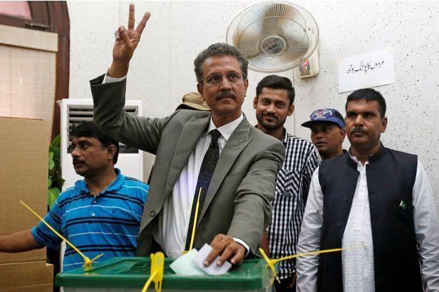 Waseem Akhtar, mis en examen pour sédition et terrorisme, a été élu maire de Karachi.