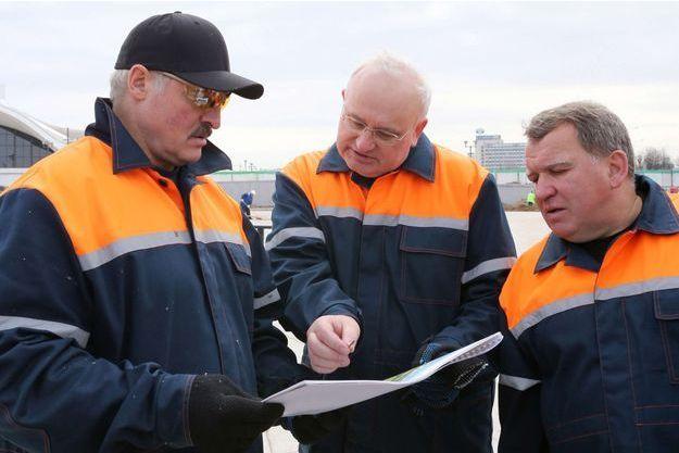 Youri Chizh, à droite, avec le président biélorusse Alexandre Loukachenko et Nikolai Ladutko, le maire de Minsk, en avril 2013.
